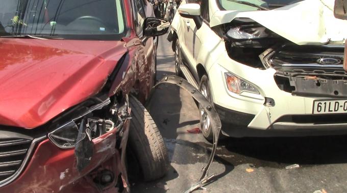 Bình Dương: Ô tô 'điên' tông hàng loạt phương tiện, 2 vợ chồng bị thương Ảnh 2