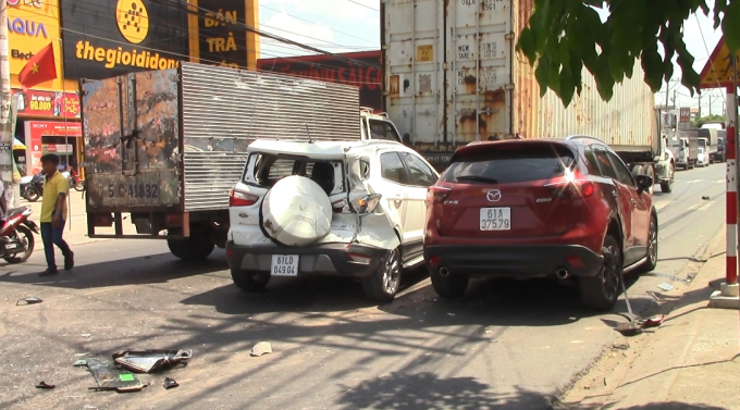 Bình Dương: Ô tô 'điên' tông hàng loạt phương tiện, 2 vợ chồng bị thương Ảnh 1