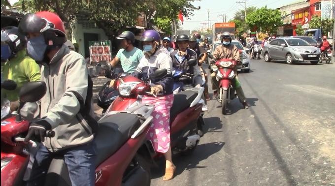 Bình Dương: Ô tô 'điên' tông hàng loạt phương tiện, 2 vợ chồng bị thương Ảnh 4