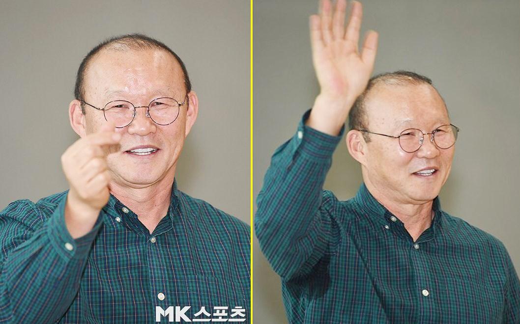 HLV Park tươi cười, 'thả tim' trước khi lên máy bay trở lại Việt Nam Ảnh 2