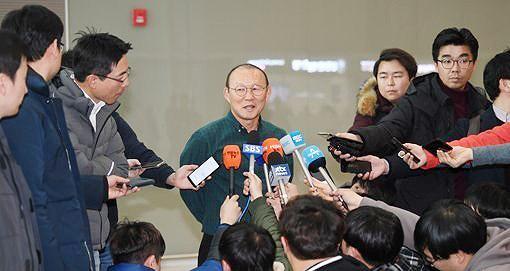 HLV Park tươi cười, 'thả tim' trước khi lên máy bay trở lại Việt Nam Ảnh 1