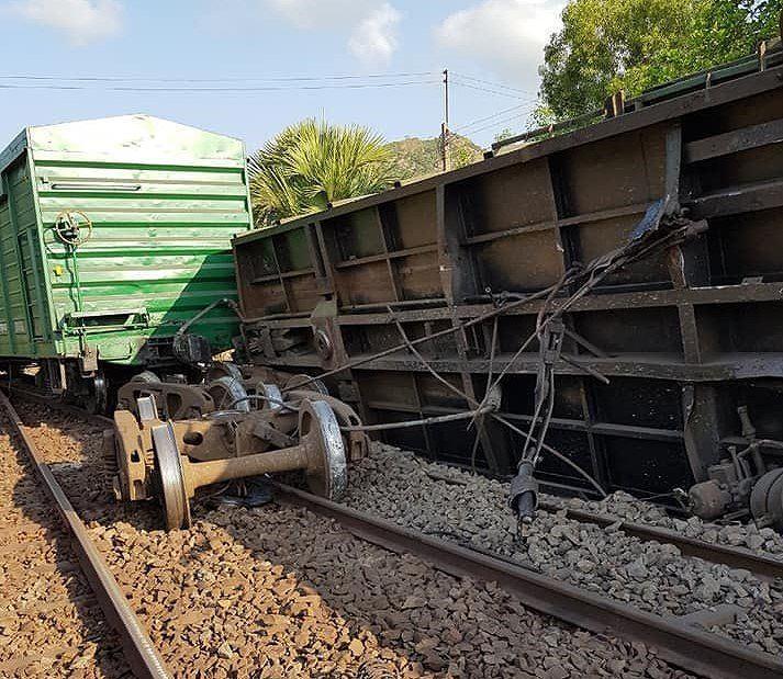 Thông trở lại đường sắt Bắc - Nam sau vụ tàu trật bánh ở Bình Thuận Ảnh 1