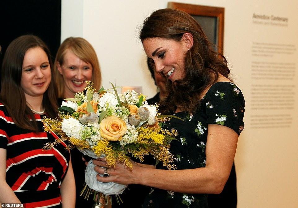Công nương Kate Middleton đẹp hút mắt, thả dáng thon với đầm thướt tha Ảnh 9