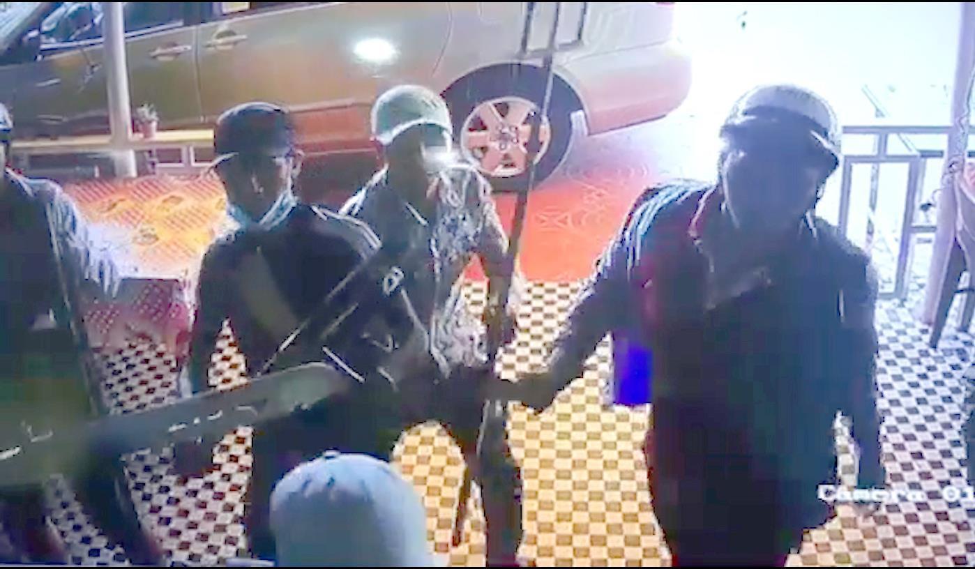 Côn đồ chém nhân viên, dọa giết gia đình chủ quán cà phê ở Sài Gòn Ảnh 1