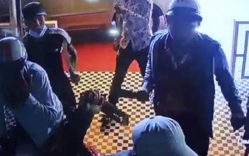 Điều tra nhóm người nghi đập phá quán cafe vì không chung tiền bảo kê Ảnh 1