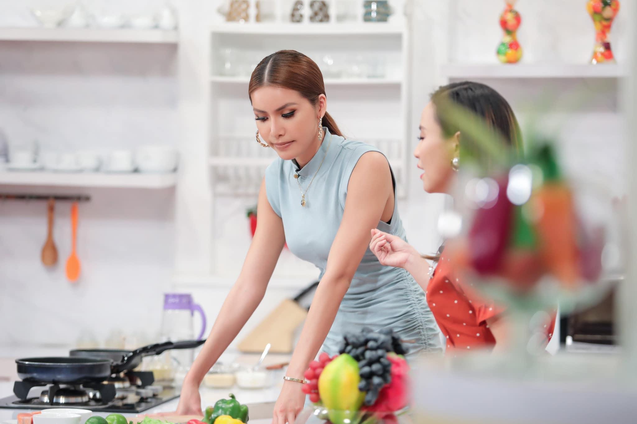 'Nữ hoàng gợi cảm' Minh Tú: Làm đầu bếp cũng phải nóng bỏng như thế này mới chịu! Ảnh 4