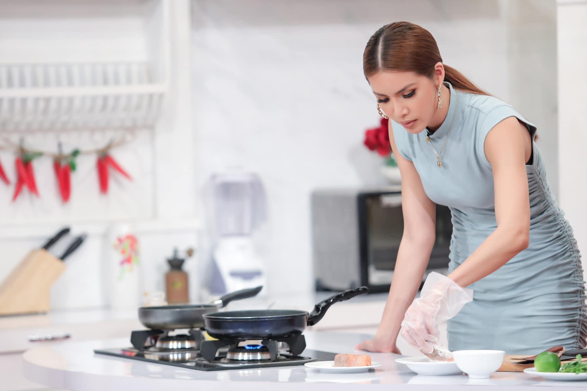 'Nữ hoàng gợi cảm' Minh Tú: Làm đầu bếp cũng phải nóng bỏng như thế này mới chịu! Ảnh 1