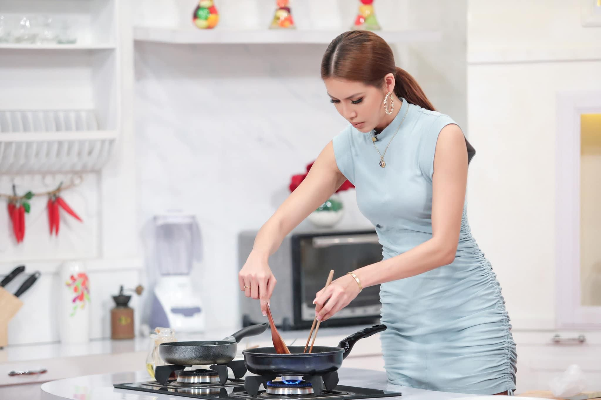 'Nữ hoàng gợi cảm' Minh Tú: Làm đầu bếp cũng phải nóng bỏng như thế này mới chịu! Ảnh 6