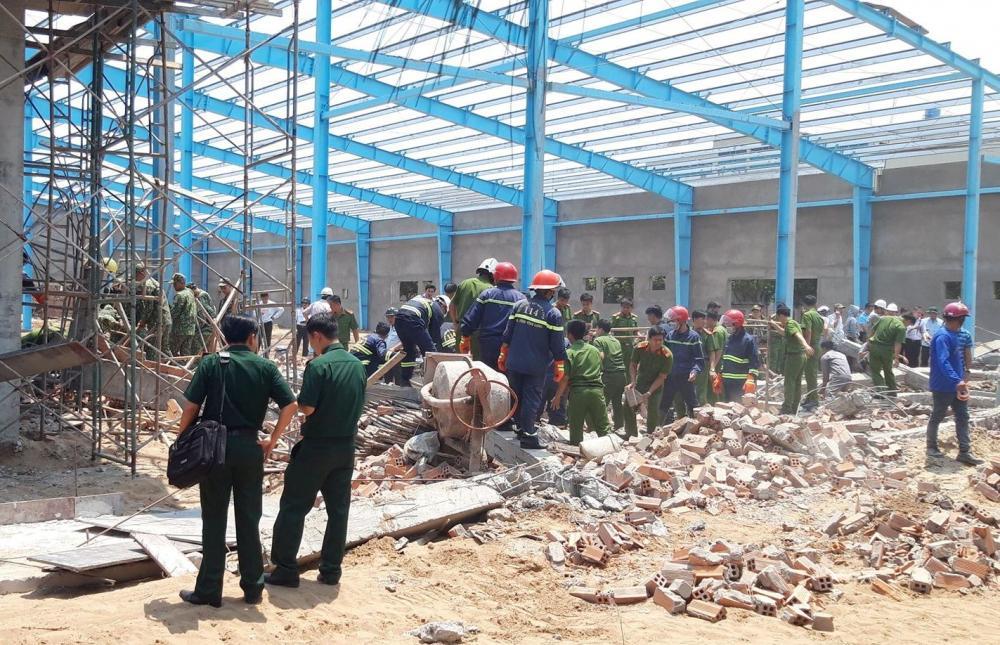 Sập tường khiến 8 người thương vong ở Vĩnh Long: Bộ Xây dựng chỉ đạo khẩn Ảnh 1