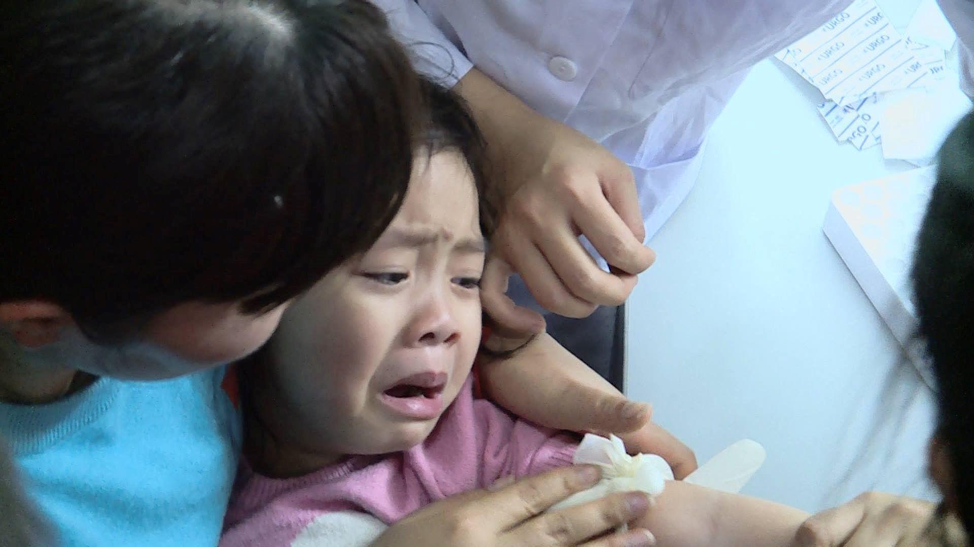 Cả nghìn trẻ Bắc Ninh về Hà Nội xét nghiệm sán lợn: BV không còn chỗ chen chân Ảnh 3