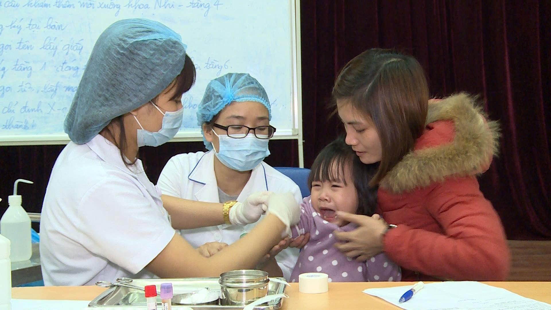 Cả nghìn trẻ Bắc Ninh về Hà Nội xét nghiệm sán lợn: BV không còn chỗ chen chân Ảnh 6