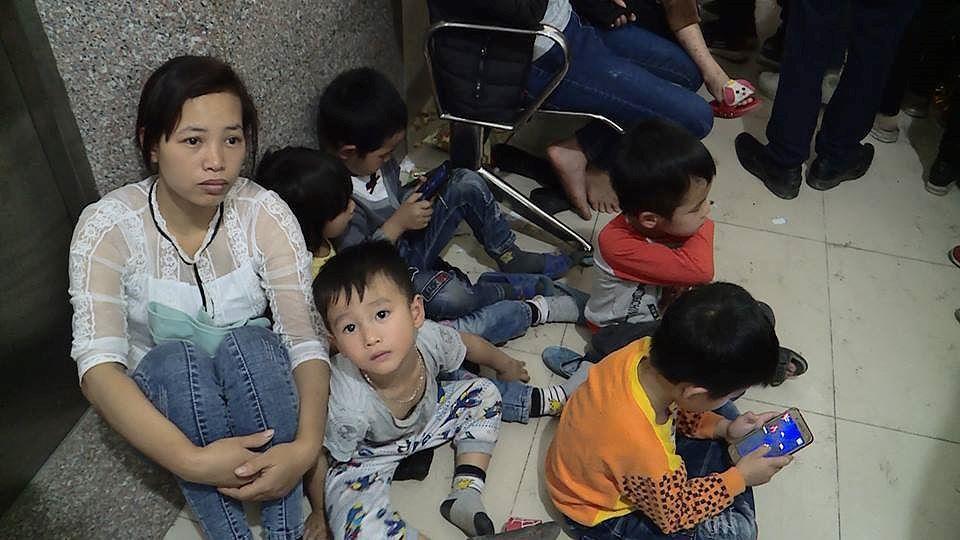 Cả nghìn trẻ Bắc Ninh về Hà Nội xét nghiệm sán lợn: BV không còn chỗ chen chân Ảnh 5