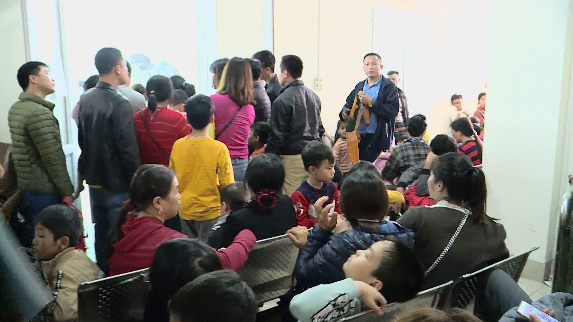 Cả nghìn trẻ Bắc Ninh về Hà Nội xét nghiệm sán lợn: BV không còn chỗ chen chân Ảnh 4