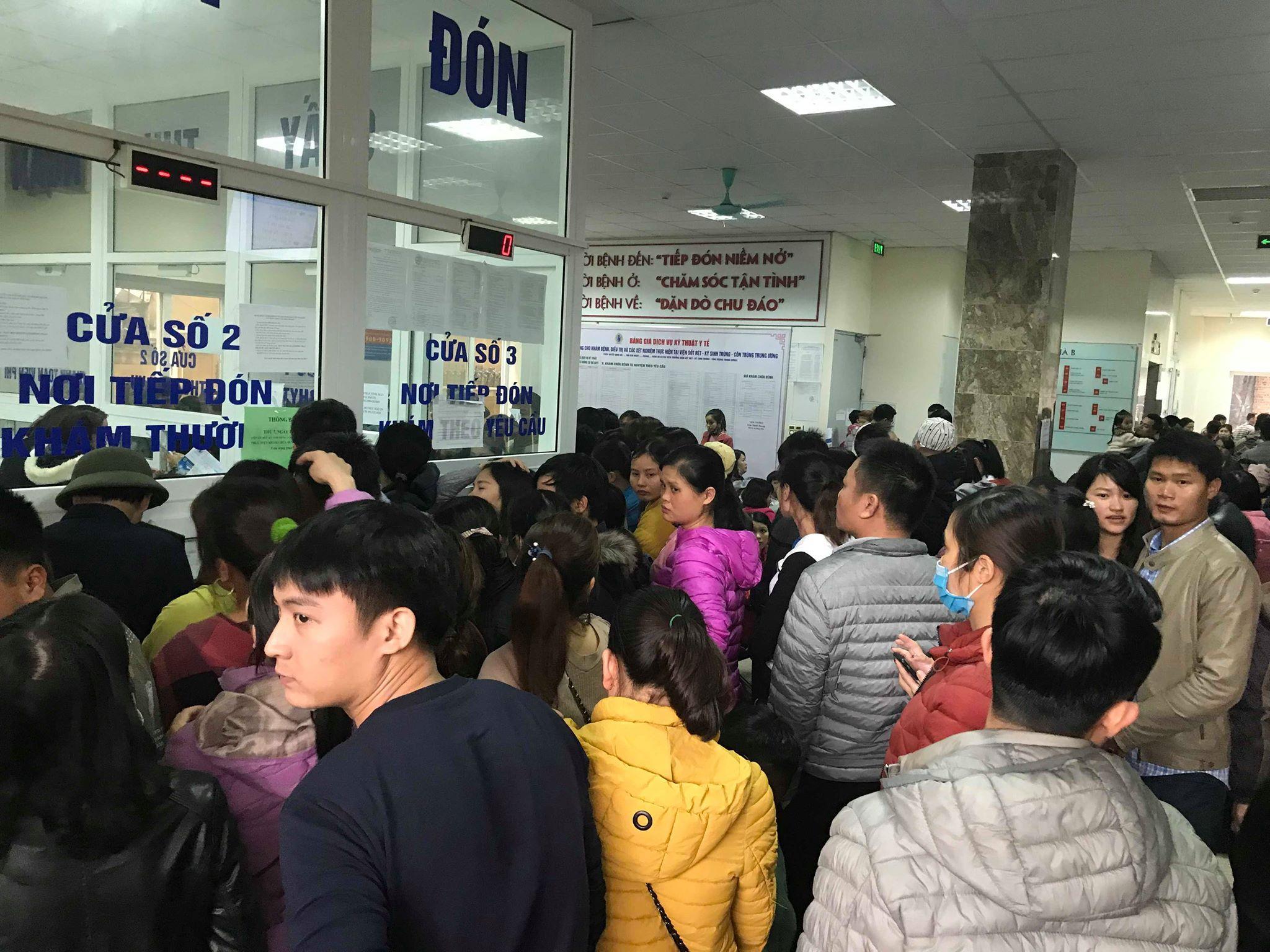 Hàng trăm phụ huynh tiếp tục ôm con vạ vật tại bệnh viện làm thủ tục xét nghiệm vì nghi nhiễm sán lợn Ảnh 5