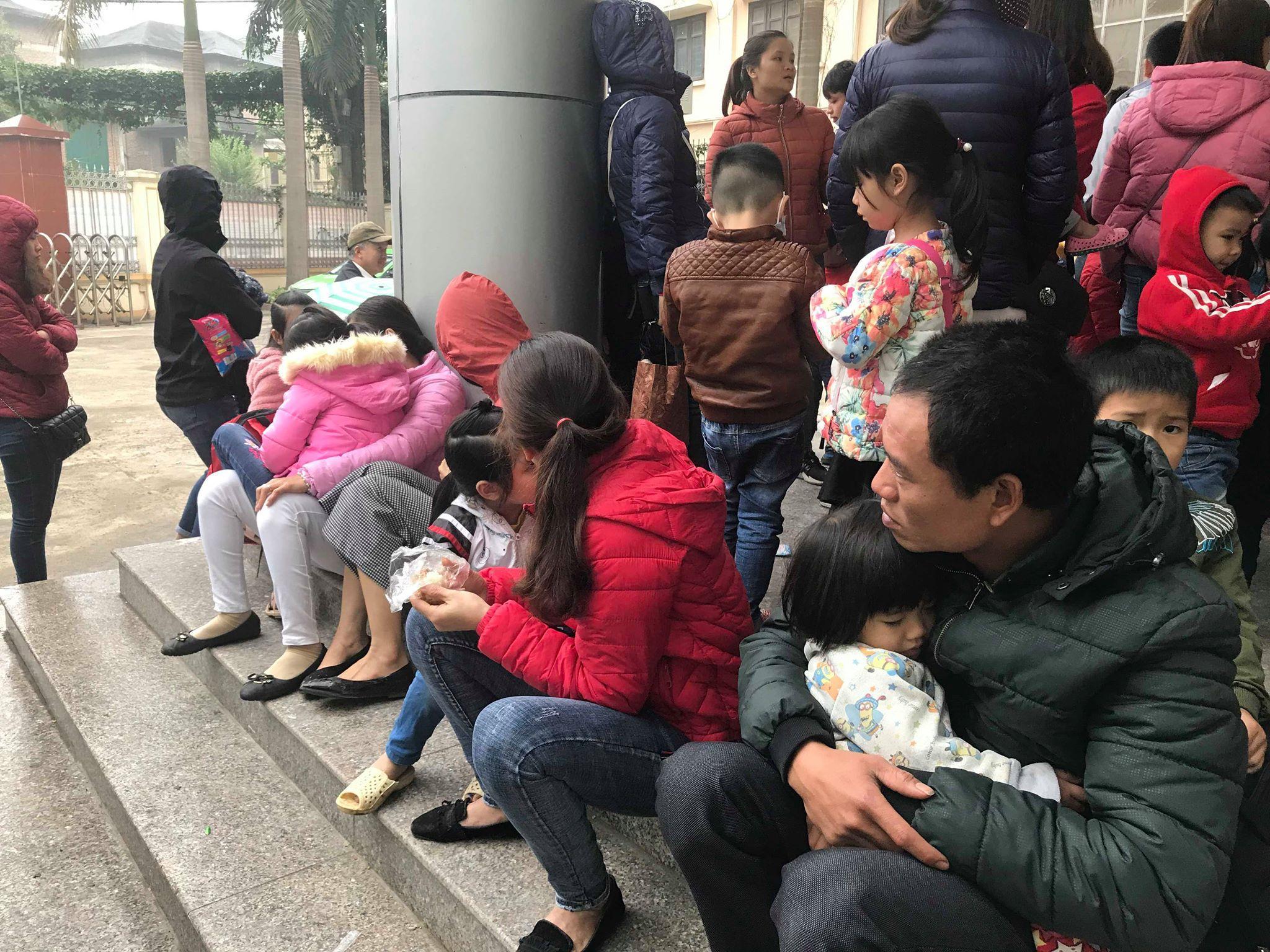 Hàng trăm phụ huynh tiếp tục ôm con vạ vật tại bệnh viện làm thủ tục xét nghiệm vì nghi nhiễm sán lợn Ảnh 8