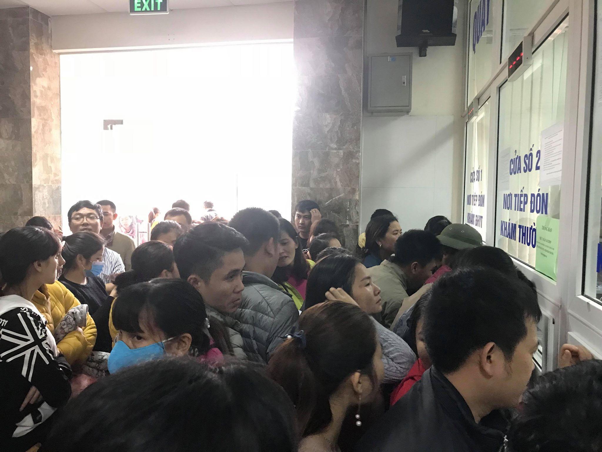 Hàng trăm phụ huynh tiếp tục ôm con vạ vật tại bệnh viện làm thủ tục xét nghiệm vì nghi nhiễm sán lợn Ảnh 4