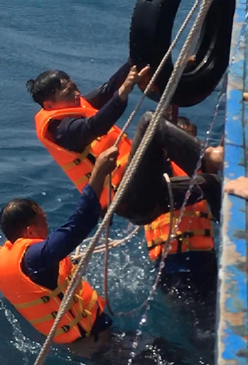 Ngư dân bàng hoàng kể bị tàu Trung Quốc ép chìm trên biển Ảnh 4