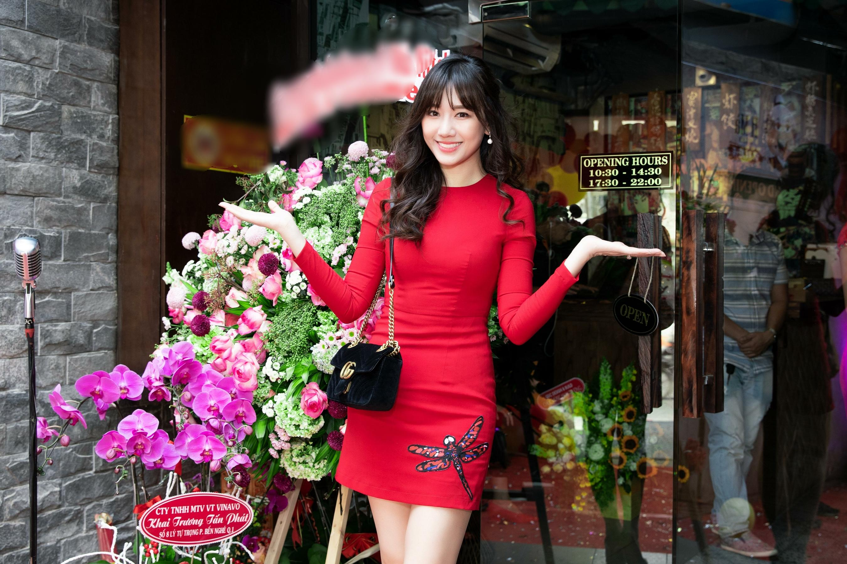 Hari Won diện váy siêu ngắn, hôn đắm đuối Trấn Thành ngay chỗ đông người Ảnh 2