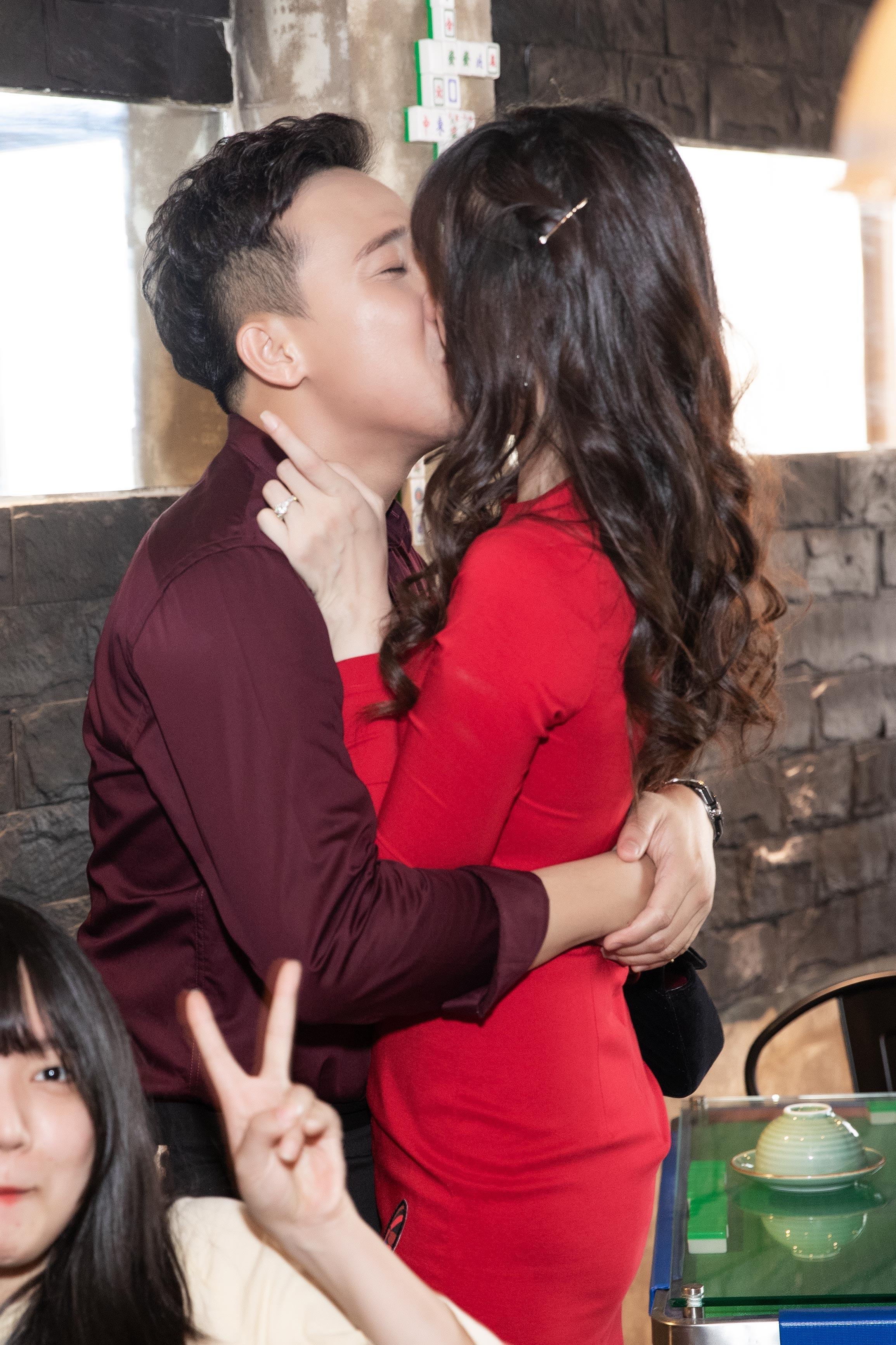 Hari Won diện váy siêu ngắn, hôn đắm đuối Trấn Thành ngay chỗ đông người Ảnh 4