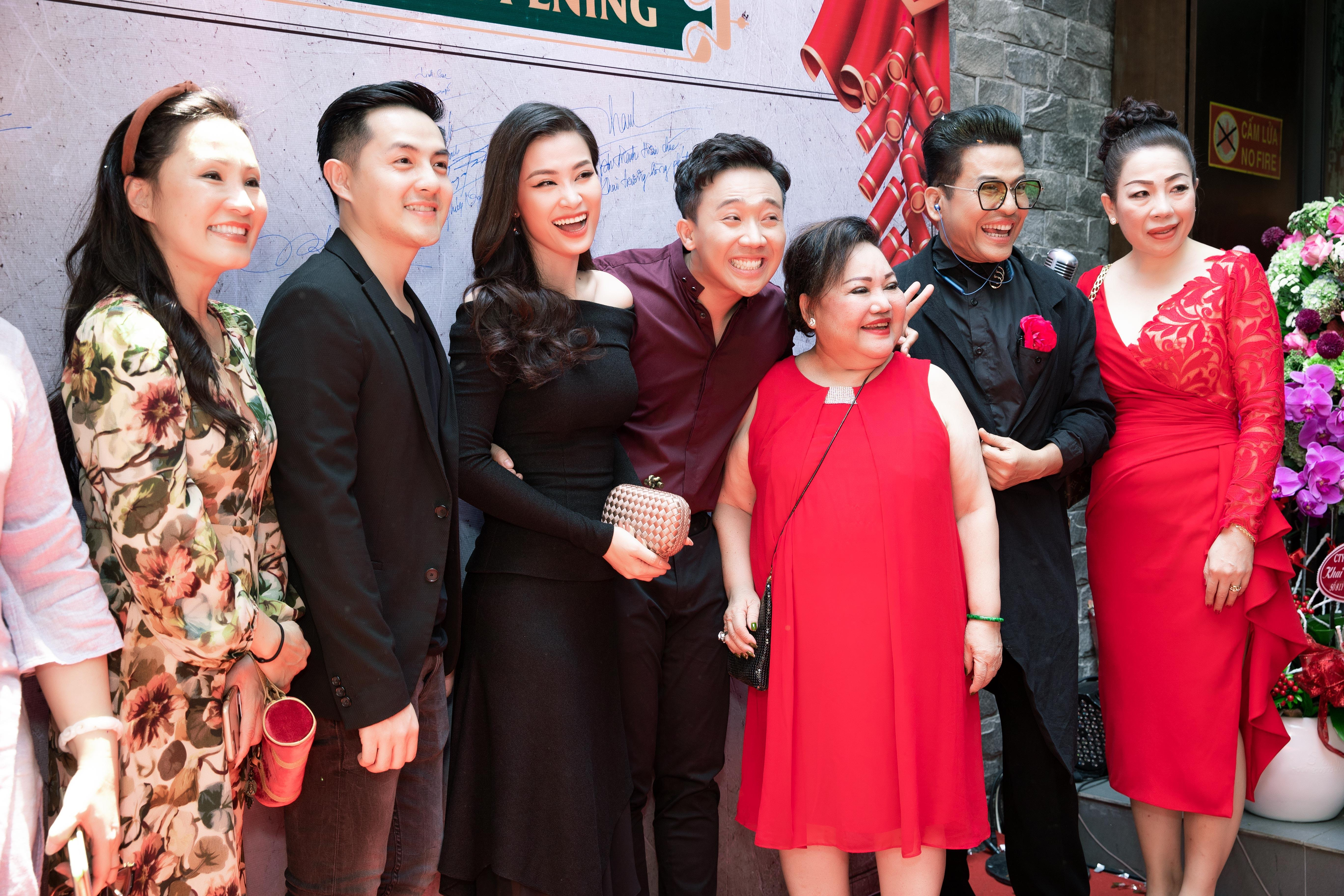 Hari Won diện váy siêu ngắn, hôn đắm đuối Trấn Thành ngay chỗ đông người Ảnh 8