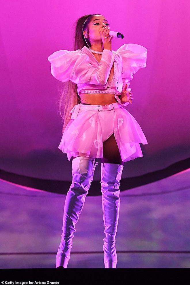 Tin được không, Ariana Grande diện đồ của NTK gốc Việt lên sân khấu! Ảnh 2