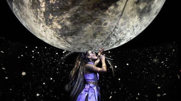 Tin được không, Ariana Grande diện đồ của NTK gốc Việt lên sân khấu! Ảnh 5