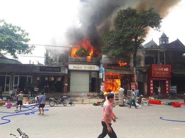 Hà Tĩnh: Cháy lớn xưởng ô tô gần khu vực chợ trung tâm Ảnh 2