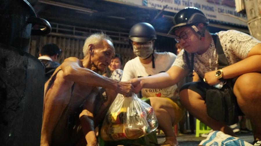 Người Sài Gòn chung tay mua trứng giúp cụ ông 90 tuổi vẫn mưu sinh Ảnh 7