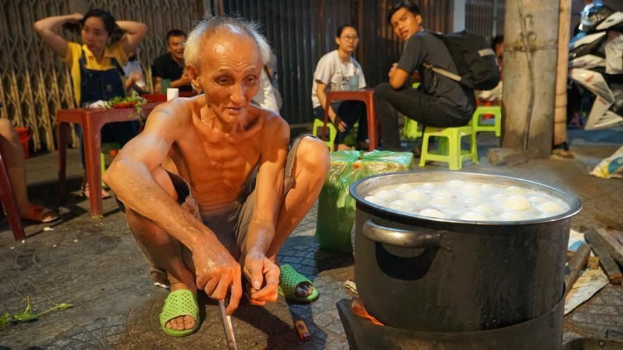 Người Sài Gòn chung tay mua trứng giúp cụ ông 90 tuổi vẫn mưu sinh Ảnh 2