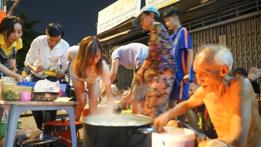 Người Sài Gòn chung tay mua trứng giúp cụ ông 90 tuổi vẫn mưu sinh Ảnh 3