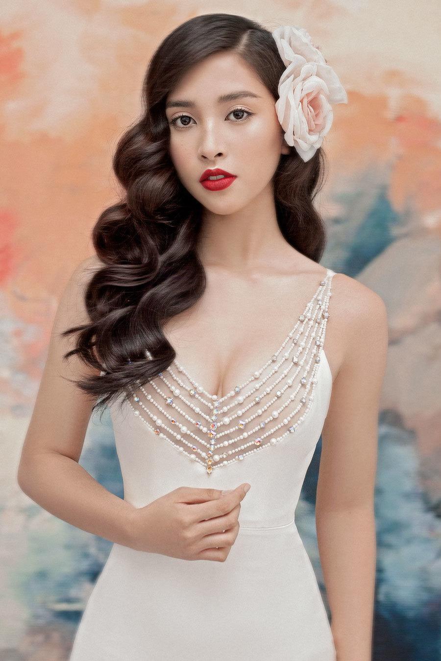 Hoa hậu Tiểu Vy lấp ló ngực đầy với đầm cắt xẻ Ảnh 2