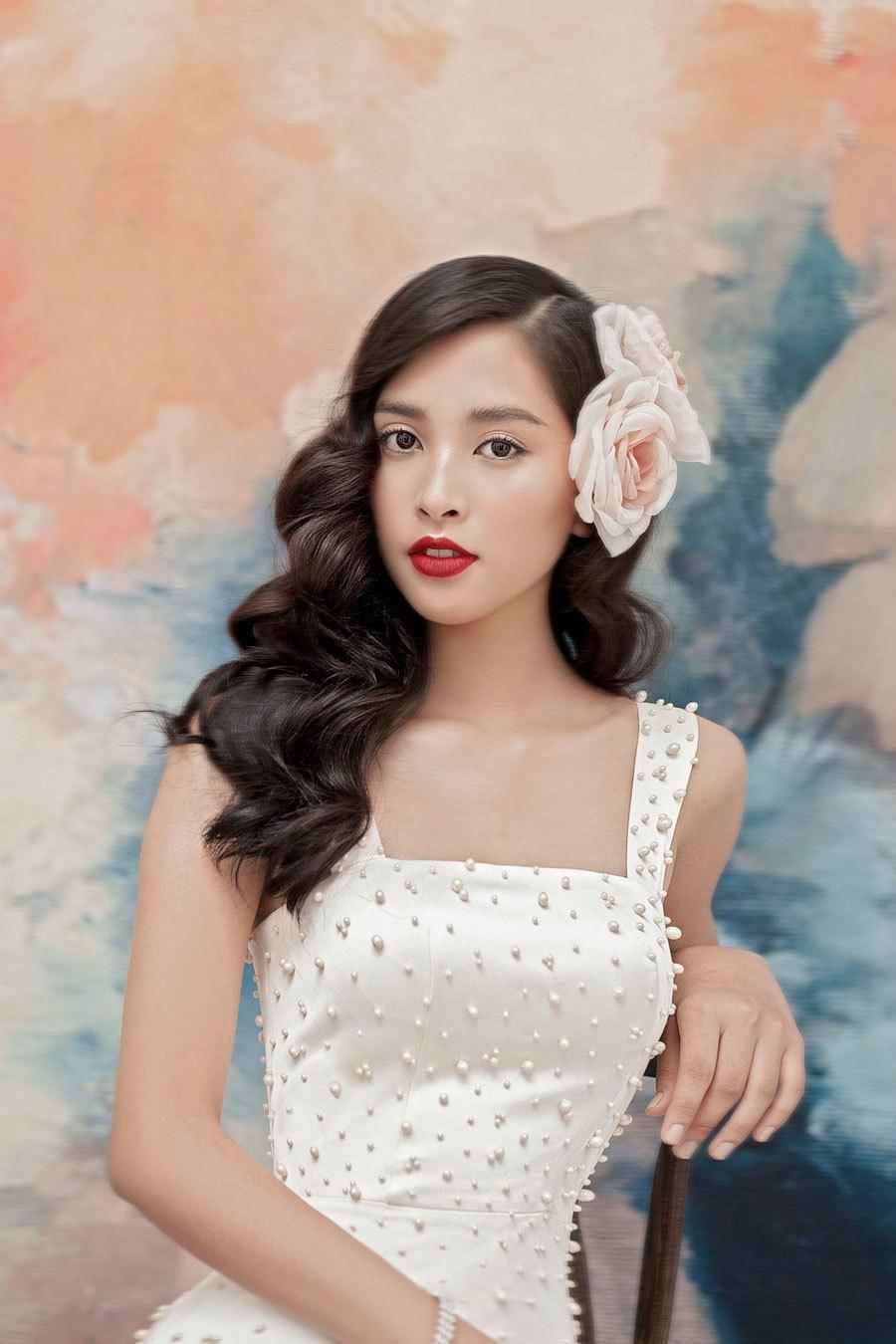 Hoa hậu Tiểu Vy lấp ló ngực đầy với đầm cắt xẻ Ảnh 4
