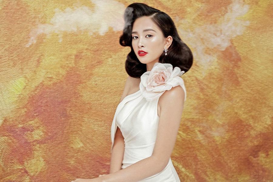 Hoa hậu Tiểu Vy lấp ló ngực đầy với đầm cắt xẻ Ảnh 6