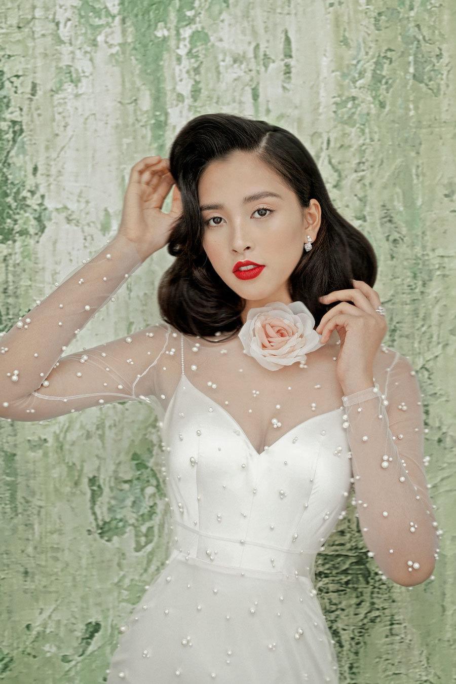 Hoa hậu Tiểu Vy lấp ló ngực đầy với đầm cắt xẻ Ảnh 7