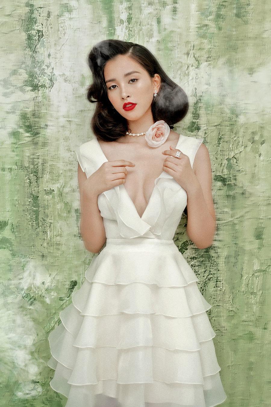 Hoa hậu Tiểu Vy lấp ló ngực đầy với đầm cắt xẻ Ảnh 8