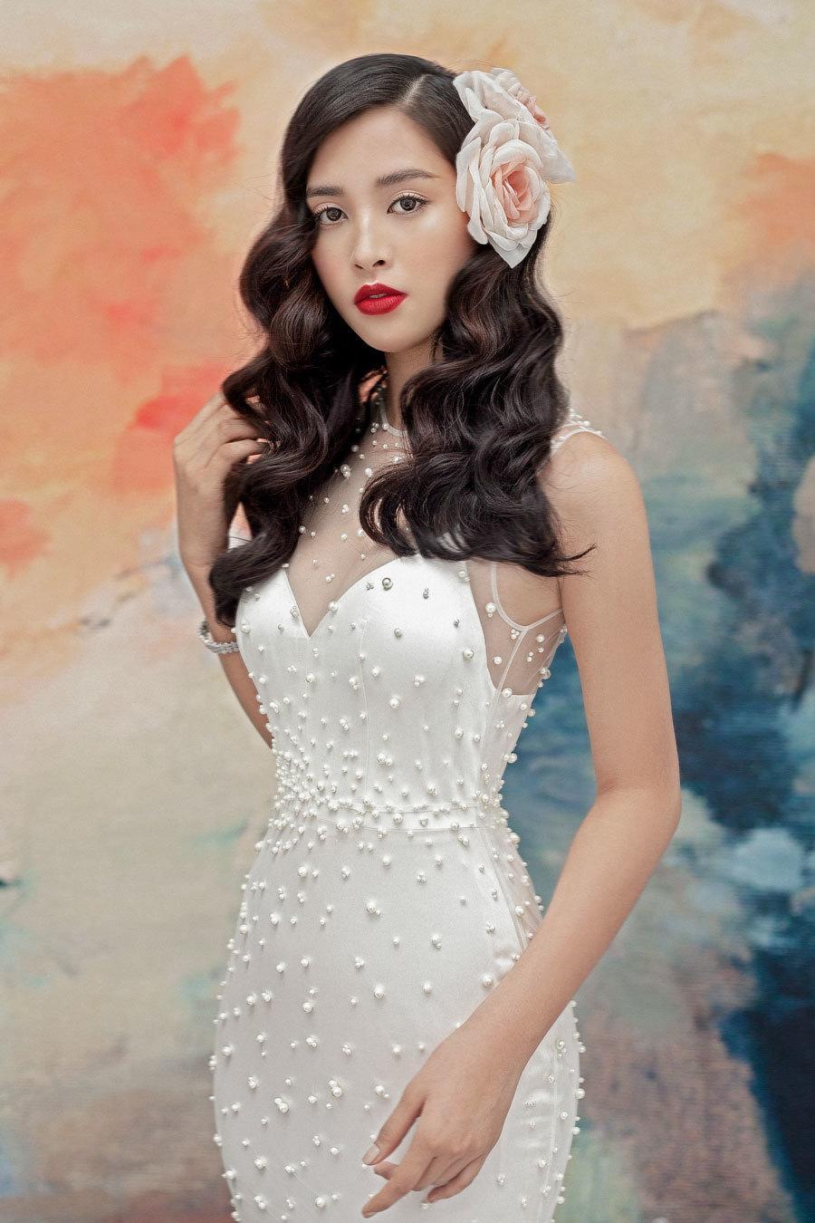 Hoa hậu Tiểu Vy lấp ló ngực đầy với đầm cắt xẻ Ảnh 1