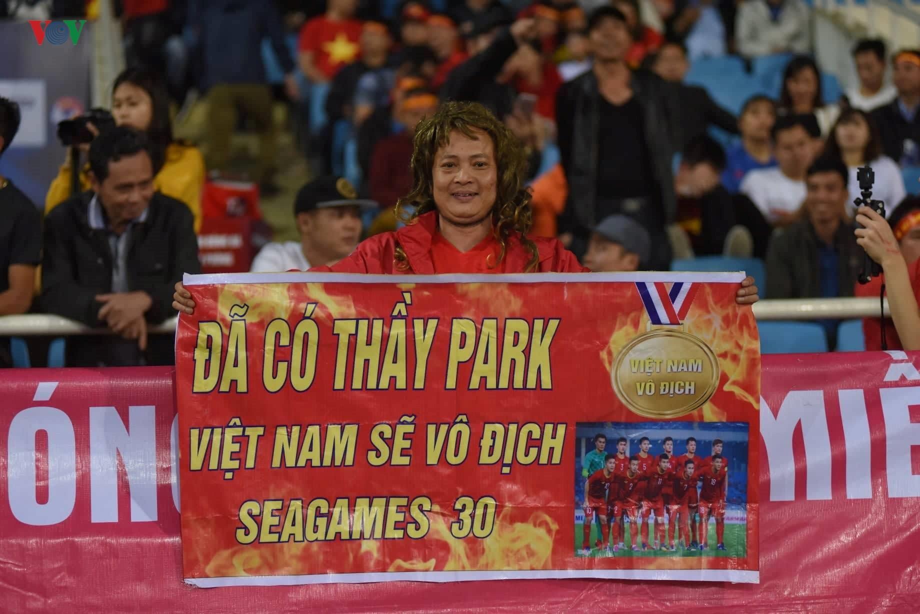 Đấu với U23 Thái Lan, CĐV U23 Việt Nam 'mở hội' trên sân Mỹ Đình Ảnh 9