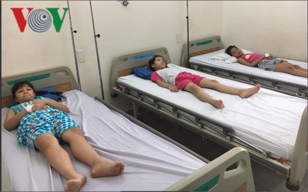 61 học sinh tiểu học ở TP HCM nhập viện sau bữa ăn trưa Ảnh 1