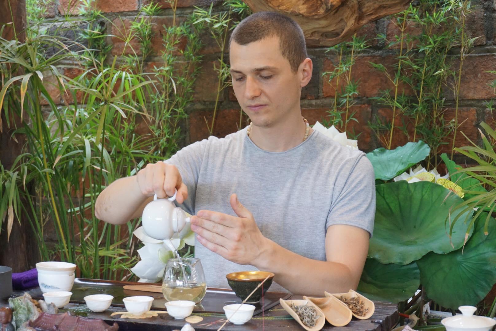 Nhiều người đến xem nhà vô địch thế giới pha trà ở Hà Nội Ảnh 3