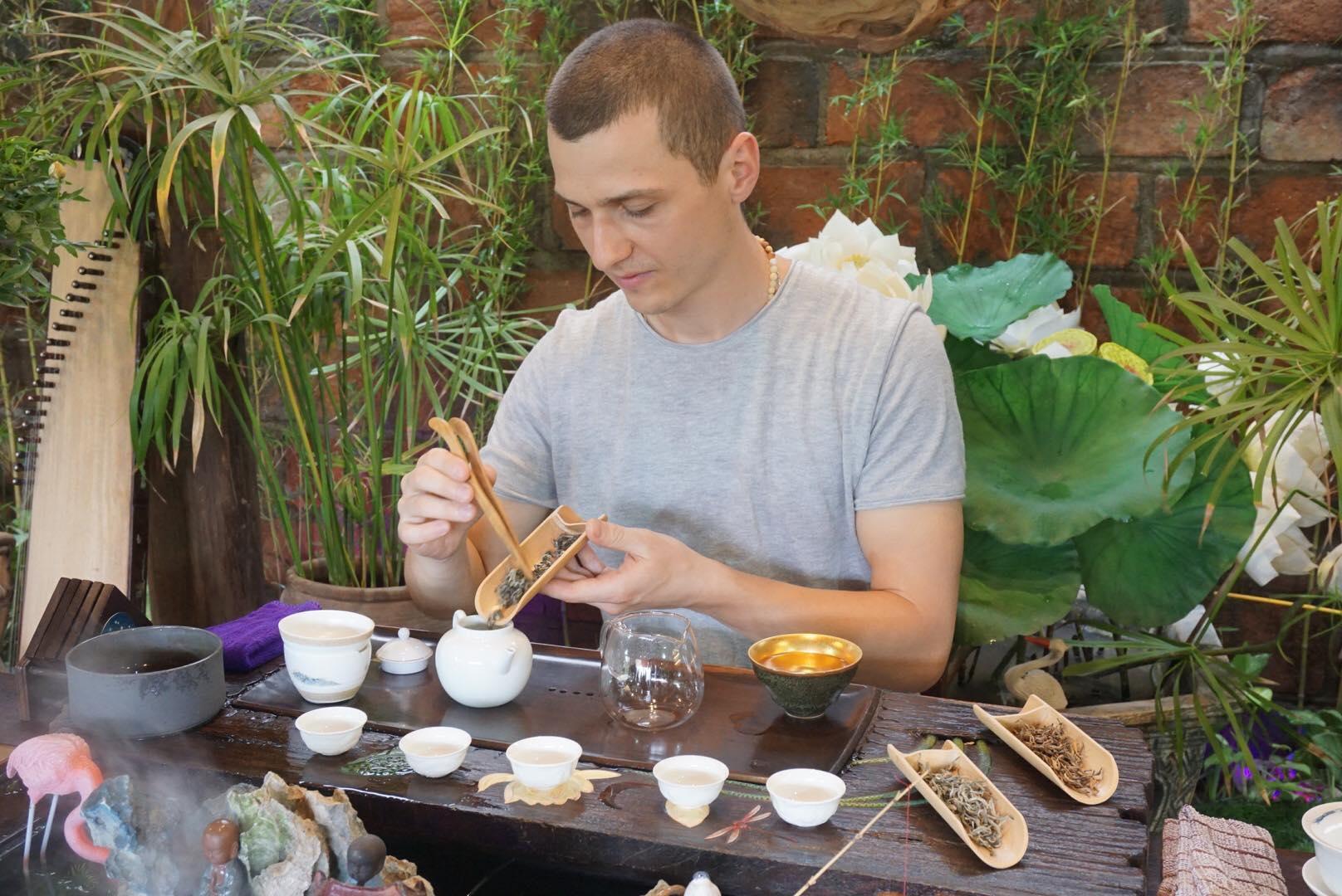 Nhiều người đến xem nhà vô địch thế giới pha trà ở Hà Nội Ảnh 2