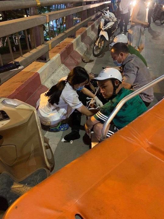 Hà Nội: Nữ tài xế lái ô tô tông một loạt xe máy trên cầu vượt Lotte Kim Mã, 2 người cấp cứu Ảnh 1