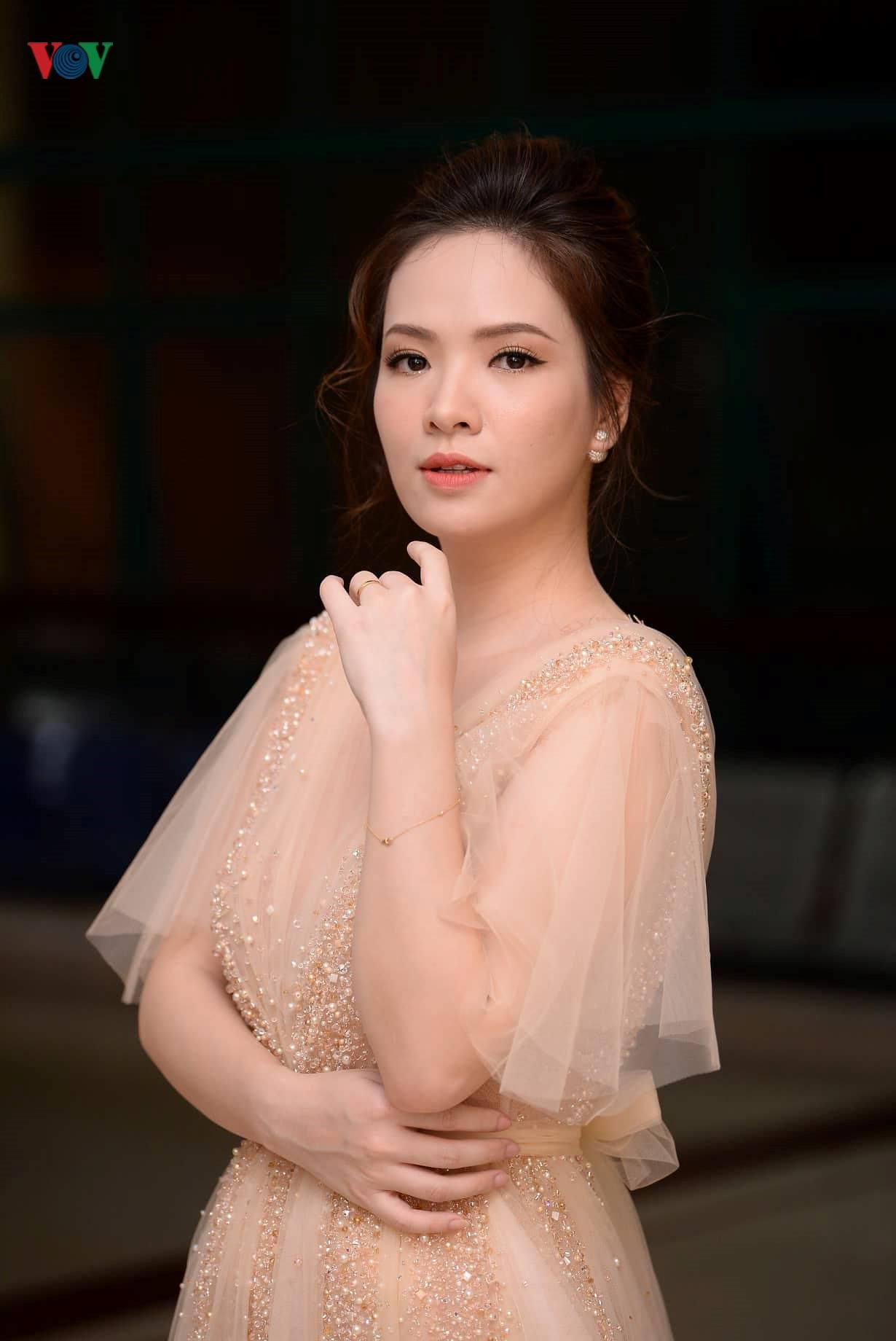 Đan Lê hóa công chúa, tình tứ bên ông xã trên thảm đỏ Cánh Diều 2018 Ảnh 5