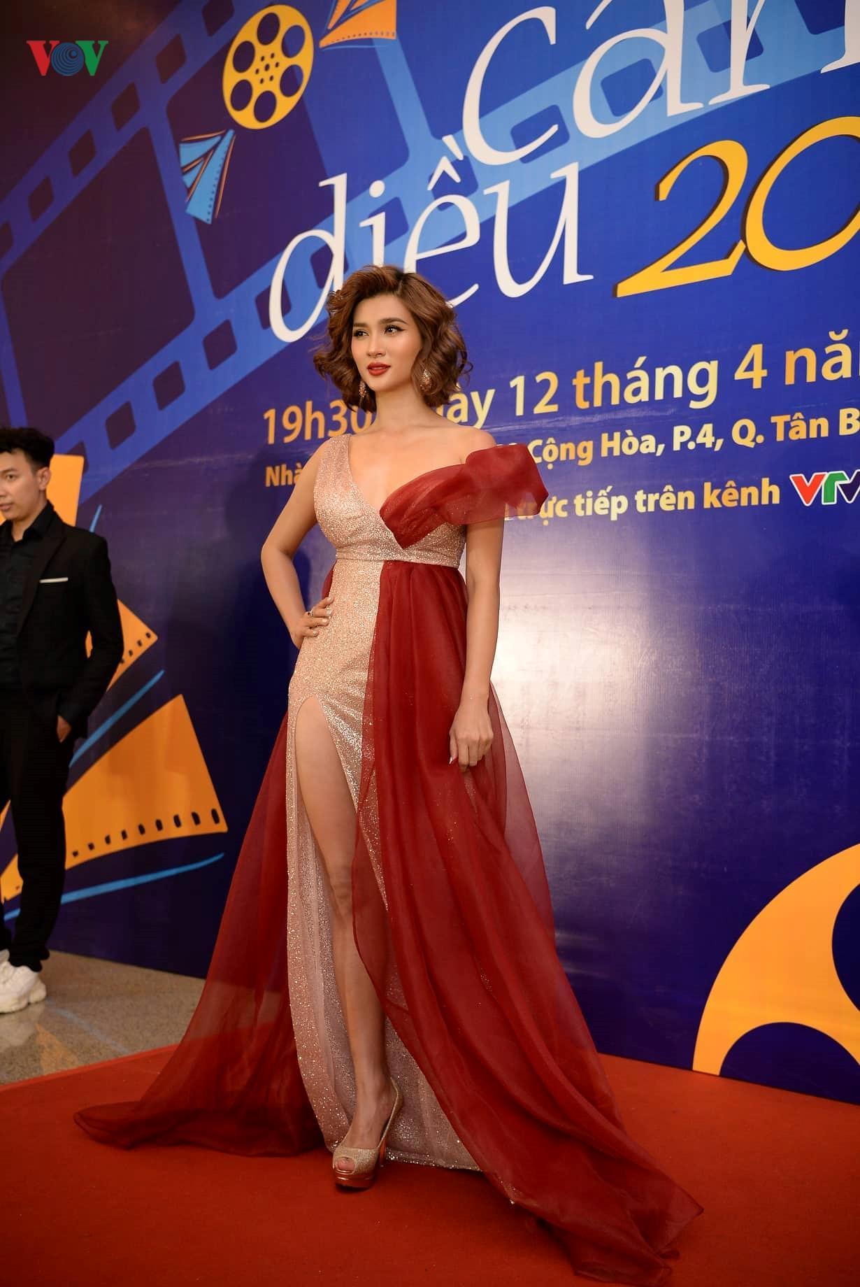 Đan Lê hóa công chúa, tình tứ bên ông xã trên thảm đỏ Cánh Diều 2018 Ảnh 10