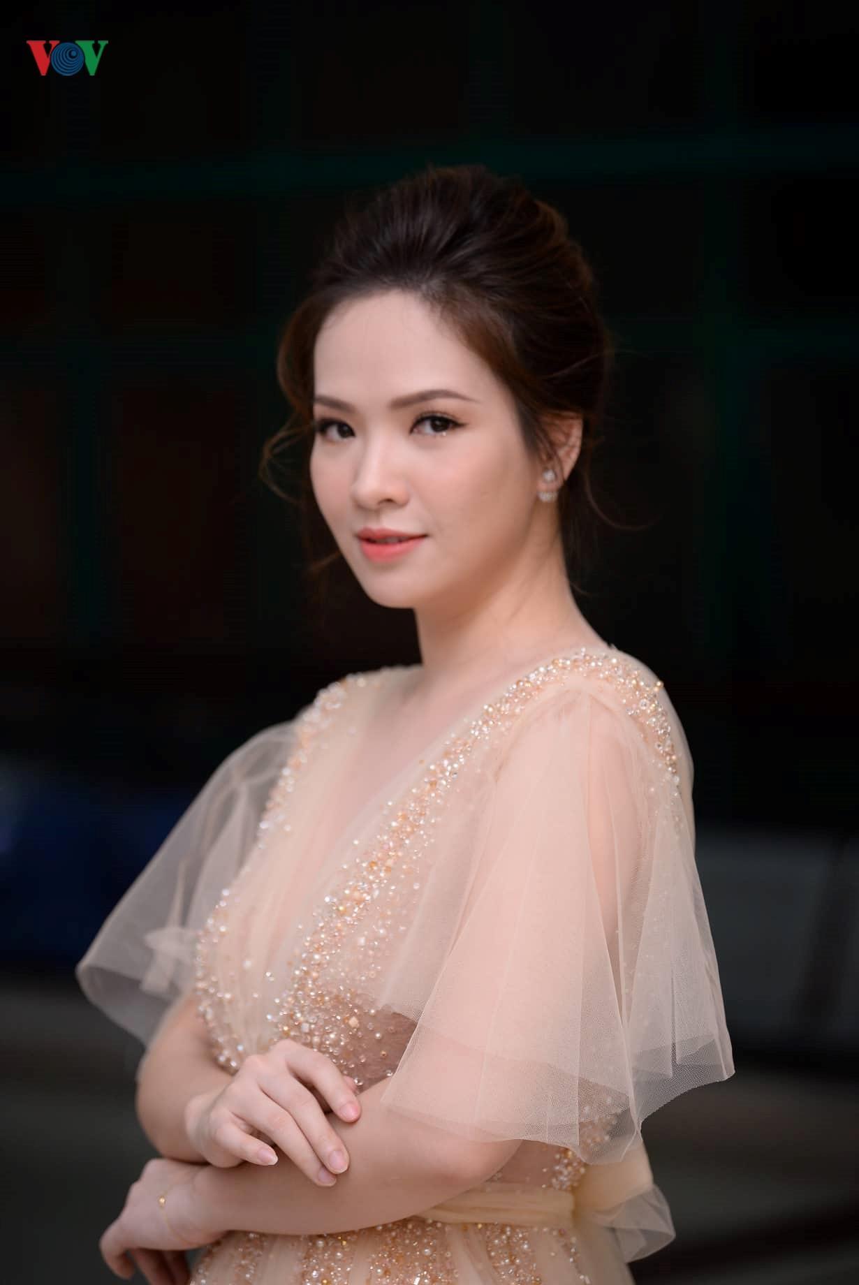 Đan Lê hóa công chúa, tình tứ bên ông xã trên thảm đỏ Cánh Diều 2018 Ảnh 6