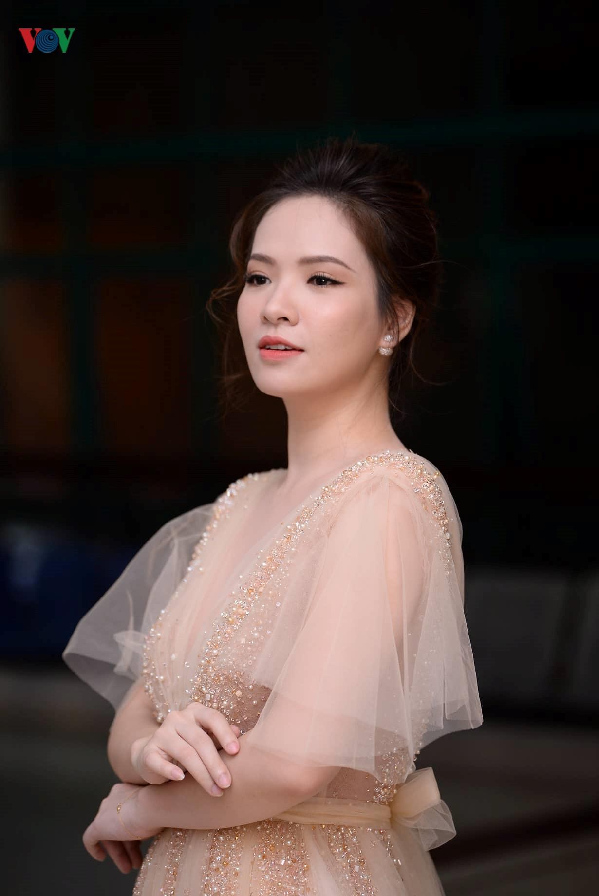 Đan Lê hóa công chúa, tình tứ bên ông xã trên thảm đỏ Cánh Diều 2018 Ảnh 4
