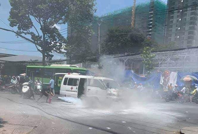 Xe cấp cứu bất ngờ bốc cháy ngùn ngụt ở Sài Gòn Ảnh 1