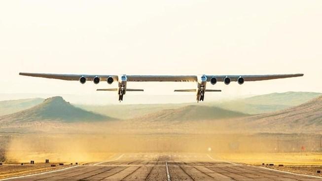 Siêu máy bay hai thân khổng lồ lần đầu cất cánh Ảnh 1