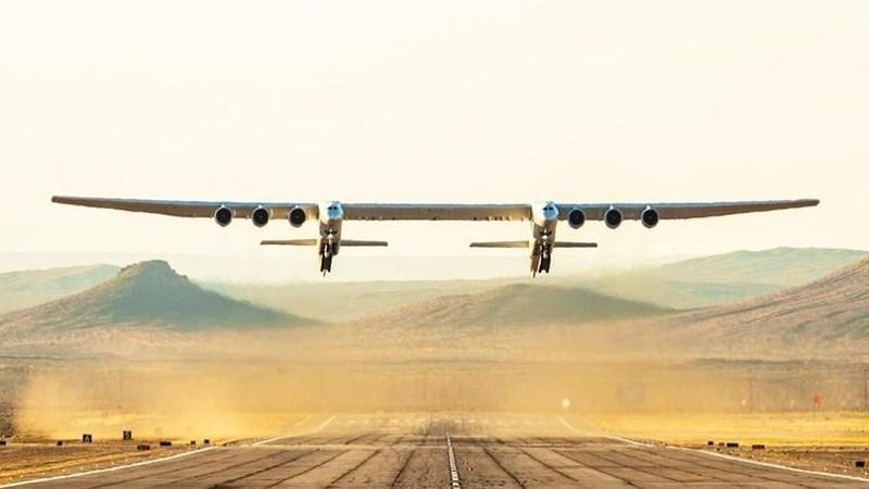 Siêu máy bay hai thân khổng lồ lần đầu cất cánh Ảnh 2