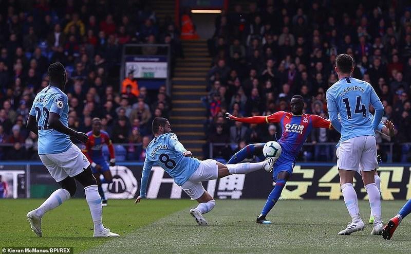 Sterling rực sáng, Man City vượt Liverpool đòi lại ngôi đầu Ảnh 4