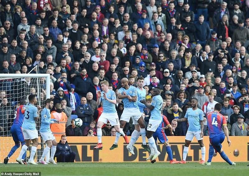 Sterling rực sáng, Man City vượt Liverpool đòi lại ngôi đầu Ảnh 6